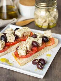Receta de queso feta vegano. Es ideal para dar un aporte de proteínas a nuestras ensaladas. Podemos aderezarlo con romero o con vuestras hierbas preferidas.