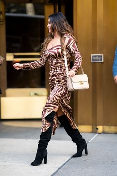 Selena Gomez Wearing a Tiger-Print Ganni Dress Selena Gomez Outfits, Selena Gomez Photos, Selena Gomez Style, Selena Gomez Dress, Tiger Print Dress, Star Clothing, Summer Dress Outfits, Animal Print Dresses, Outfit