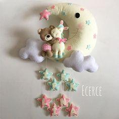 İpek&Lina'nın kapı süsü #keçe #felt #feltro #fieltro #kapisusu #kecekapisusu #ecerce #tasarim #babyroom #babyroomdecor #elyapimi #handmade #hediye #babyshower #bebekodasi #baby #dogumhediyesi #hosgeldinbebek #bebekhediyesi #craft #feltcraft #nursery #nurserydecor #feltbear #twins #ikizkapisusu Baby Door Decorations, Felt Doll Patterns, Soft Toys Making, Baby Deco, Felt Banner, Felt Mobile, Felt Christmas Ornaments, Frame Wreath, Sewing Toys
