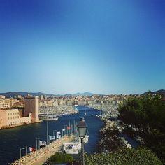 Entrée du vieux port Marseille PACA - Méditerranée Depuis 26 siècles, le Vieux-Port est le théâtre prestigieux où se joue l'histoire de Marseille. Durant l'Antiquité et le Moyen Age, la ville grecque (Massalia), puis romaine (Massilia) et médiévale (Masiho) s'est développée sur la rive Nord puis vers le Sud au XVIIe siècle. Dès lors, l'entrée du port allait être gardée par deux forts, le fort Saint-Nicolas et le fort Saint-Jean.