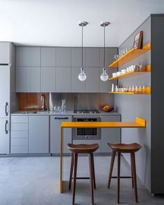 Cocina gris con toques cobre