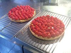 Huisgemaakte taart met creme patersier en verse hollandse aardbeien ... toef mascerpone vanille erboven op .... en smullen maar