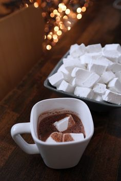 Homemade Marshmallows: I make these as a tradition for Christmas and we cut them with holiday shaped cookie cutters. Kids love them and they are better than from a bag. forks out of 45 points+ total for 96 marshmallows point+ for 3 marshmallows) Köstliche Desserts, Delicious Desserts, Dessert Recipes, Yummy Food, Yummy Treats, Sweet Treats, Chocolate Caliente, Hot Chocolate, Homemade Marshmallows