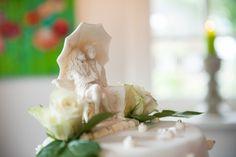Bruidstaart met topper bruidspaar onder paraplu van fondant