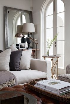 A welcoming, cozy and comfortable living room//