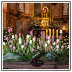 Dekoracja z tulipanów - dekoracja kościoła , dekoracja na ołtarz