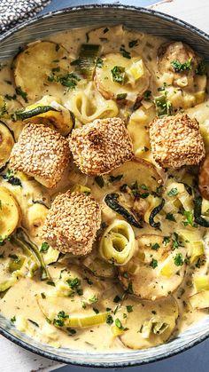 Rezept: Cremiger Zucchini Kartoffel Eintopf mit Porree, Crème fraîche und Sesam Hirtenkäse. Soulfood / Herzhaft / Kochen / Essen / Ernährung / Lecker / Kochbox / Zutaten / Gesund / Schnell / Abendessen / Mittagessen / Winter / Herbst #hirtenkäse #sesam #porree #crèmefraîche #hellofreshde #kochen #essen #abendessen #mittagessen #zutaten #diy #richtiglecker #familie #rezept #kochbox #ernährung #lecker #gesund #leicht #schnell #einfach #winter #herbst