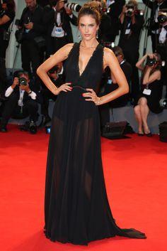 Alessandra Ambrosio Un vestido con transparecias y escote pronunciado en V combinado con pendientes de Chopard