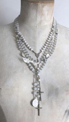 Collier réalisé et composé de plusieurs chapelets en perles de verre anciennes.Réalisation artisanale.Livraison en point relais 4.50 eurosmerci de nous préciser votre point relais valable pour la France, la Belgique et le LuxembourgAutres destinations sur demande