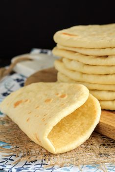 This homemade soft flatbread recipe is super easy to make and is perfect for sandwiches, gyros or even mini pizzas. Easy soft flatbread you will love! Best Homemade Bread Recipe, Quick Bread Recipes, Bread Machine Recipes, Easy Bread, Cooking Recipes, Flat Bread Recipe Easy, Soft Flatbread Recipe, Flatbread Recipes, Homemade Soft Pretzels