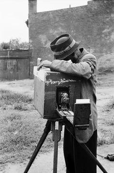 Wait-a-Minute Photographer, Braamfontein,Johannesburg, by David Goldblatt David Goldblatt, Alternative Photography, African Artists, Vintage Trends, Ansel Adams, Vintage Cameras, Present Day, Photos, Pictures