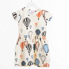 Lyhythihainen mekko. Vyötäröllä kuminauharypytys. Kaksi taskua. 95% luomupuuvilla/ 5% elastaani. Pesu 40 asteessa. Vastaa isompaa kokomerkintää. Kutistuu max.5%.