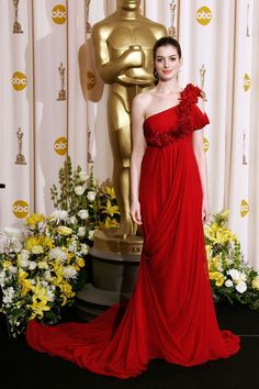 Anne Hathaway in Marchesa at 2008 Oscars - ruminant of Kate Winslet's classic Ben de Lisi number, but one step better!!