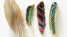 Leuke DIY voor dit weekend: veren beschilderen. Heb je mooie veren gevonden in de natuur? Beschilder ze met mooie patronen.