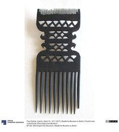 Delicate 20th century openwork comb, continuing the standard hairdressing shape of the 19th century