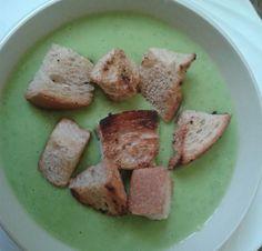Zöldborsó krémleves pirított kenyérkockákkal. http://receptek365.info/levesek/zoldborso-kremleves/