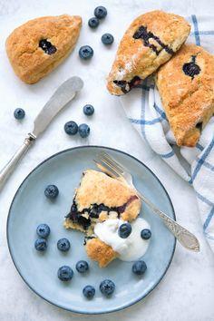 Til helga lager du verdens beste blåbærscones! De er perfekte, saftige og luftige, med blåbær og et hint av sitronskall. Nyt med yoghurt og godt smør, gjerne til frokost eller bare en kopp te. Det beste av alt, disse er lettvinte å svisje sammen i en fei! http://www.gastrogal.no/scones/  #Bakverk, #Blåbær, #Blåbærscones, #BlueberryScones, #Frokost, #Frokostscones, #PerfekteScones, #Scones