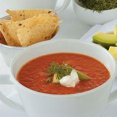 Sopa mexicana de tomate con nachos y aguacate