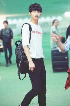 Jun looks so handsome Seungkwan, Wonwoo, Seventeen Junhui, Wen Junhui, Slip And Fall, Ulzzang Boy, Favorite Person, Kpop Boy, Handsome Boys