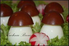 Bardzo fajna i efektowna przekąska z jajek. Kapelusze borowików są barwione mocnym naparem z herbaty.