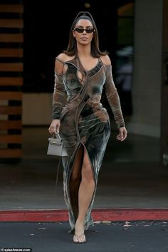 Kim Kardashian flaunted her famous curves in a stunning Velvet Brown Cutout Dress as she leaving La Plata Taqueria & Cantina after a Friday Night out in CA. Estilo Kardashian, Kardashian Style, Kardashian Jenner, Kardashian Wedding, Kim Kardashian Photoshoot, Kardashian Kollection, Kendall Jenner, Curvy Celebrities, Reality Shows