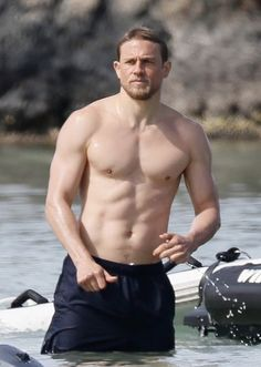 Shirtless Charlie Hunnam Puts On Sunscreen at the Beach in These Hot New Photos: Photo Charlie Hunnam is still in Hawaii to film his upcoming movie Triple Frontier and we've been treated to more shirtless photos! Charlie Hunnam Soa, Charlie Hunnam King Arthur, Jax Teller, Sons Of Anarchy, Dream Guy, Avan Jogia, Karl Urban, Joe Manganiello, Gorgeous Men
