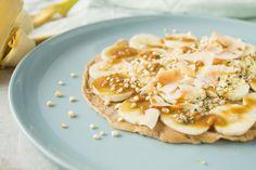 Ontbijt Pannenkoek van Bananenmeel met Pindakaas, goed voor je darmen Pancakes, Clean Eating, Snacks, Vegan, Breakfast, Healthy, Desserts, Food, Drinks