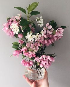 "Jenna Matintupa on Instagram: ""Forsätter på temat stulna blommor, detta får bli fredagsbuketten 🌸"" Daily Pictures, Floral Wreath, Wreaths, Instagram, Home Decor, Floral Crown, Decoration Home, Door Wreaths, Room Decor"