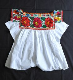 Pretty red roses adorn the back of this Chatino blouse from Santiago Yaitepec, Oaxaca, Mexico Mexican Textiles, Mexican Blouse, Mexican Fashion, Mexican Embroidery, Boho Fashion, Womens Fashion, Mommy Style, Embroidered Blouse, Traditional Outfits