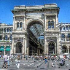 La Galeria Vittorio Emanuele se construyó con el objetivo de comunicar dos de las plazas más bellas de Milán, el Duomo y la Scala. #EuropeosViajeros #Milan #Milano #Italia #Italy #Europe #Viaje #Travel #Turismo #Tourism
