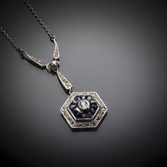 Type de bijou: Pendentif Epoque: Art Déco vers 1930 Origine: Travail français Métal: Platine 950/1000, or 750/1000 (18 k) Poids total (brut): 8,51 grammes Dimensions: H.: 41 mm; L.: 466 mm Nature des...