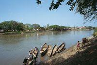 Los habitantes de las riberas del río conservan sus costumbres ancestrales: la pesca artesanal.