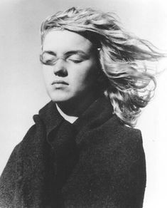 20 year-old Marilyn Monroe in Malibu Beach – In 1946, the famous photographer Andre de Dienes was shooting portraits of Marilyn Monroe, at the age of 20, on Malibu Beach in Los Angeles. These black and white portraits show her natural, hair in the wind, enjoying the sea air. First angelic, charming, then laughing or sleeping, all these expressions are caused by the photographer when he asked her to react spontaneously to words like love, joy, torment or death. Fubiz Media #marilyn+monroe