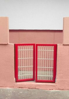 Looking for that one perfect picture with the colour combination of the month, we came across this image on Pinterest. The entrance of a house, and with the nice pink – red combination!