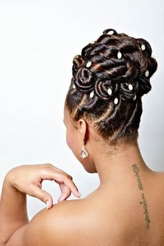 Maria Thompson of Twist & Curves shows how locs can be transformed into bridal looks. An elegant flat twist bun is a great updo for all occasions. Twist Pony, Flat Twist Updo, French Twist Hair, Twist Braids, Kid Braids, Natural Hair Twist Out, Natural Hair Updo, Natural Hair Styles, Flat Twist Hairstyles