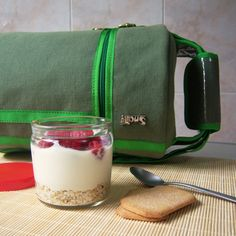 Avena, yogur de soja natural y un puñado de frambuesas para almorzar o merendar. ¡Los tarros saludables para llevar están de moda! #Snailbag #lunchbag #tuppertime #yummy #foodie #healthy #moda #chic #MadeInSpain #ShopOnline http://www.snailbag.es/shop/anytime-collection/bolsa-porta-alimentos-isotermica-para-tuppers/porta-alimentos-sporty-orange-2/