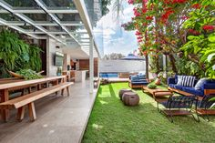Área externa ganha contornos contemporâneos em meio ao verde inspirador da natureza Outdoor Rooms, Outdoor Gardens, Outdoor Decor, Exterior Design, Interior And Exterior, Gazebos, Rooftop Design, Garden Design, House Design