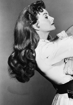 Jeanne Crain shows you can have long hair and do vintage styles with flair. Jeanne Crain shows you can have long hair and do vintage styles with flair. 1940s Hairstyles, Latest Hairstyles, Hairstyles Videos, School Hairstyles, Formal Hairstyles, Wedding Hairstyles, Retro Updo, Jeanne Crain, Hollywood Glamour