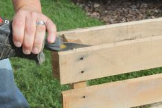 Recycled Pallet Building with Pallets - How to disassemble a pallet with ease for great wood. - It is easier than you think to disassemble a pallet. You can quickly tear down a pallet to use the wood for various DIY projects. Diy Pallet Projects, Pallet Ideas, Wood Projects, Woodworking Projects, Wood Ideas, Pallet Designs, Woodworking Classes, Woodworking Plans, Diy Ideas