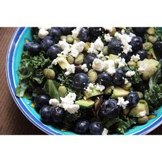This is one of my FAVORITE salads rn 🌱🙌 crunchy, sweet, salty, tangy, YUM 😍 - Kale massaged🌱 w/1/2 tbsp olive oil, pinch salt, and pepper + 1/4 avocado 😍+ blueberries 💙+ @seapointfarms roasted edamame 😋+ 2 chopped dates + goat cheese 🐐 - Getost grönkål blåbär avokado sojabönor dadlar Fav favs