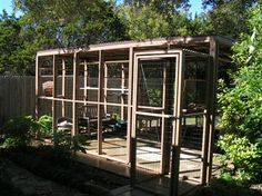 Outdoor cat enclosure with rainproof roof and double escape-prevention door - I love the idea of a double door to prevent escape! Diy Cat Enclosure, Dog Enclosures, Outdoor Cat Enclosure, Cat Habitat, Cat Hotel, Cat Run, Cat Playground, Unique Cats, Cat Condo