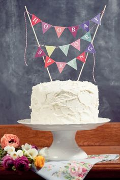DIY Cake Toppers : Hooray for Spring! (with Free Printable & Tuto) Cake Bunting, Cake Banner, Diy Bunting, Spring Cake, Spring Party, Spring Wedding, Diy Cake Topper, Cake Toppers, Birthday Cake
