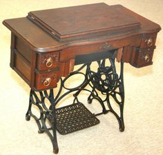 sewing machine Featherweight Sewing Machine, Treadle Sewing Machines, Antique Sewing Machines, Pot Pies, Sewing Toys, Buddha, Old Things, Rest, Victorian