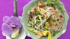 Frisch und gesund: Thailändische Reisnudelpfanne mit Tofu und Chilisauce | http://eatsmarter.de/rezepte/thailaendische-reisnudelpfanne