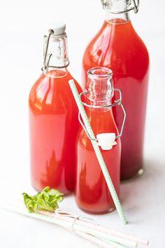 Sommerlækker opskrift på jordbær-rabarber saft Healthy Detox, Hot Sauce Bottles, Pesto, Smoothies, Chicken Recipes, Dinner Recipes, Food And Drink, Ice Cream, Sweets