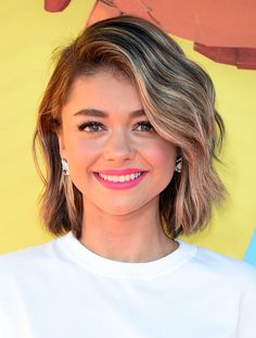 "Sarah Hyland's new short bob is perfect for spring and summer! After debuting her new 'do on Instagram last week, the 24-year-old ""Modern Family"" star showed off her new look on the orange carpet at the Kids' Choice Awards."
