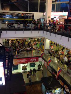Multitud de personas esperan la definición del partido, en la plazuela central del centro comercial Premium Plaza. El marcador Colombia - Chile es 3 - 3 en este momento