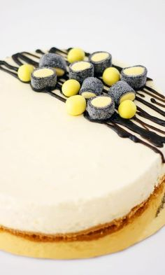 Sitruunajuustokakku lakulla | Maku No Bake Desserts, Delicious Desserts, Yummy Food, Sweet Pastries, Little Cakes, Eat Dessert First, Sweet Cakes, Desert Recipes, Coffee Cake