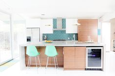 Midcentury modern style is a design aesthetic that celebrates all things functional. Perfect for a kitchen, eh? Here are six midcentury modern kitchen backsplash ideas that you'll want to copy pronto. Home Decor Kitchen, New Kitchen, Kitchen Interior, Home Kitchens, Kitchen Counters, Kitchen Islands, Kitchen Ideas, Kitchen Backsplash, Modern Kitchens
