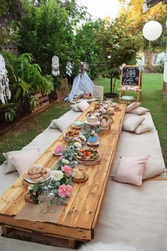Low boho party table from a boho baby shower to Kara's party ideas Kara . - Low boho party table from a boho baby shower to Kara's party ideas Kara… Hanna hannakeicher Wedding Low boho part Boho Baby Shower, Baby Shower Neutral, Owl Shower, Baby Shower Parties, Baby Shower Themes, Baby Shower Decorations, Shower Ideas, Picnic Baby Showers, Backyard Bridal Showers